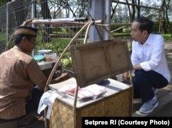 Presiden Joko Widodo menunggu dengan sabar pesanan kerak telor yang diinginkannya Minggu (2/7).