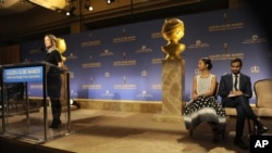 Olivia Wilde, izquierda, anuncia las nominaciones a los Globos de Oro, mientras Zoe Saldaña y Azis Ansari observan en el escenario.