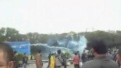 中国防暴警察释放催泪弹驱散抗议民众