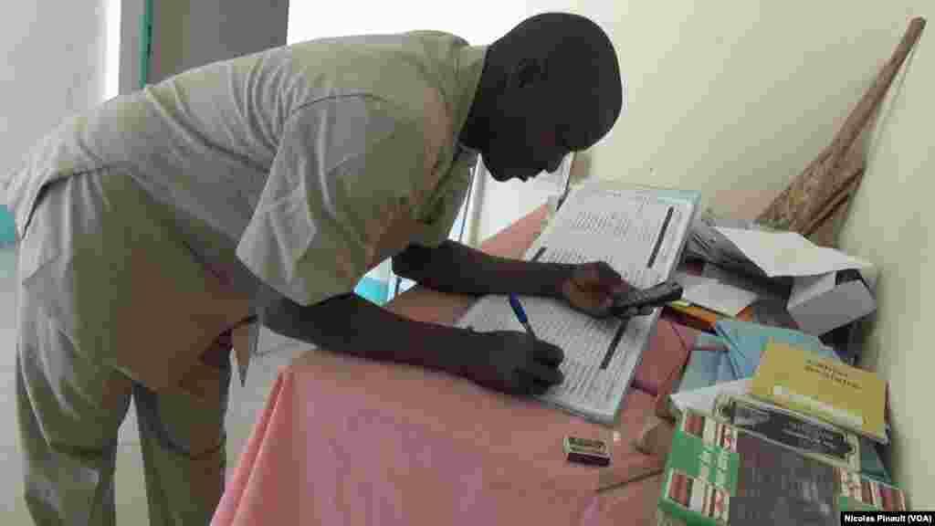 Madouka Moustapha, directeur de l'école de Bosso dans la région de Diffa, Niger, le 19 avril 2017 (VOA/Nicolas Pinault)