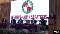 Direktur Kampanye BPN Prabowo-Sandi Sugiono (kanan) beserta tim BPN Prabowo-Sandi, dalam Konferensi Pers di Jakarta, Senin (8/4) (VOA/Ghita)