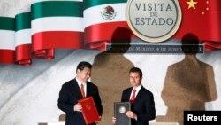 中国主席习近平和墨西哥总统涅托在记者会前各自手持文件(2013年6月4日)