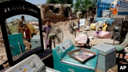 지난 1일 파키스탄 정부가 페샤와르 지역 아프가니스탄 난민촌을 철거한 뒤 난민들이 물건을 챙기고 있다. (자료사진)