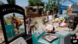 یک خانوادۀ مهاجر افغان پس از آنکه منزلش از سوی پولیس پاکستان ویران شد.