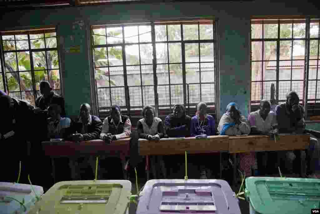Election observers from all of Kenya's political parties lined the walls of each classroom, March 4, 2013. (R Gogineni/VOA)