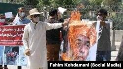کابل کې د پاکستان سفارت دروازې ته مخامخ لاریون کوونکي د پاکستان یو مذهبي مشر عکس ته اور اچوي.