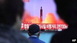 Warga Korsel menonton berita peluncuran rudal Korut dari sebuah layar lebar di stasiun kereta api di Seoul, Selasa (29/8).