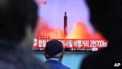 Kuzey Kore'nin füze fırlatma haberini arşiv görüntülerle izleyen Güney Koreliler