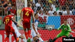 Pemain Belgia, Divock Origi (kiri) menyaringkan gol ke gawang Rusia dalam pertandingan Grup H dalam Piala Dunia 2014 di Rio de Janeiro (22/6). (Reuters/Alessandro Garofalo)