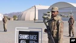 Binh sĩ Pakistan canh gác tại căn cứ không quân Shamsi ở Baluchistan