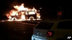 Sebuah mobil terbakar setelah meledak di dekat cantor administrate regional di Donetsk, Ukraina Timue (12/6).