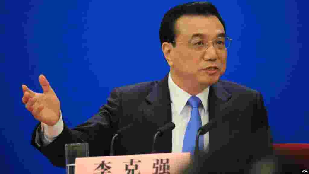 中国国务院总理李克强举行中外记者会,答记者问。(美国之音东方拍摄)