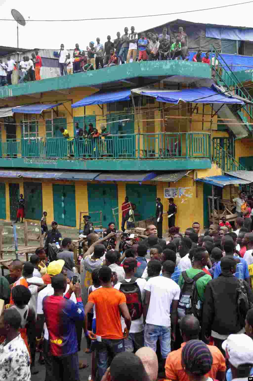 Moradores de uma zona próxima de West Point confrontam as forças de segurnaça, por terem o acesso às suas casas bloqueado. Para evitar que o vírus do ébola se propague, o Governo da Libéria ordenou que o bairro de West Point fosse mantido em quarentena. Monróvia, Libéria, Ago. 20, 2014.