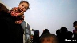 Warga Irak mengungsi dari kota Mosul untuk menghindari pertempuran antara pasukan Irak dan militan ISIS, Selasa (25/10).