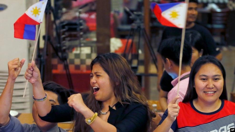 Người dân Philippines ăn mừng sau phán quyết của Tòa Trọng tài Thường trực, ở Manila, Philippines, ngày 12/7/2016.