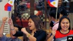 Những người Philippines ăn mừng khoảnh khắc tòa án quốc tế ở The Hague tuyên bố phán quyết có lợi cho Philippines trong vụ kiện với Trung Quốc về tranh chấp ở Biển Đông, ngày 12 tháng 7 năm 2016.