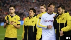 Les joueurs du Borussia Dortmund échangent avec ceux de FC Liverpool après le match de football de quart de finale d'Europa League de l'UEFA entre Liverpool FC et le Borussia Dortmund à Liverpool.