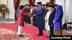 I Gusti Ayu Bintang menerima mandat Presiden Joko Widodo sebagai Menteri Pemberdayaan Perempuan dan Perlindungan Anak, di Istana Merdeka, Jakarta, Rabu (23/10). (Courtesy: Setpres RI)