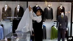 지난 5월 북한 평양의 '해당화관'에 고급 외제 양복이 전시돼있다.