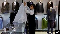 지난 5월 북한 평양의 '해당화관'에 고급 외제 양복들이 진열돼있다.