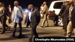mpatanishi wa mazungumzo ya Burundi rais wa zamani wa Tanzania Benjamin William Mkapa, akipokelewa na waziri wa mambo ya nchi za nje wa Burundi alipowasili Bujumbura, Burundi, Disemba 7 2016. (VOA/Chrsitophe Nkurunziza)