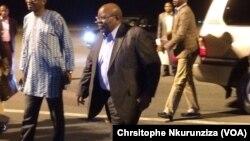Le facilitateur du dialogue inter-burundais, l'ancien président tanzanien Benjamin William Mkapa, accueilli par le ministre Burundais des relations extérieures, à son arrivée à Bujumbura, Burundi, 7 décembre 2016. (VOA/Chrsitophe Nkurunziza)