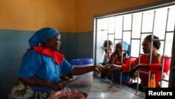 Une association vend de la nourriture pour réunir des fonds à Matero, près de la capitale de Lusaka, le 17 avril 2012.