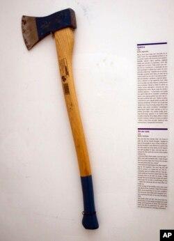 Sebuah kapak yang menjadi salah satu koleksi Museum Putus Hubungan di Zagreb, Kroasia, 10 Februari 2012. (Foto:AP)
