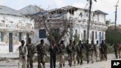 索马里政府军在摩加迪沙北部巡逻