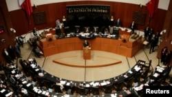 Los senadores mexicanos aprobaron por unanimidad un pronunciamiento que pide al presidente Enrique Peña Nieto suspender temporalmente la cooperación de seguridad e inmigración con EE.UU. tras la decisión de Donald Trump de militarizar la frontera.