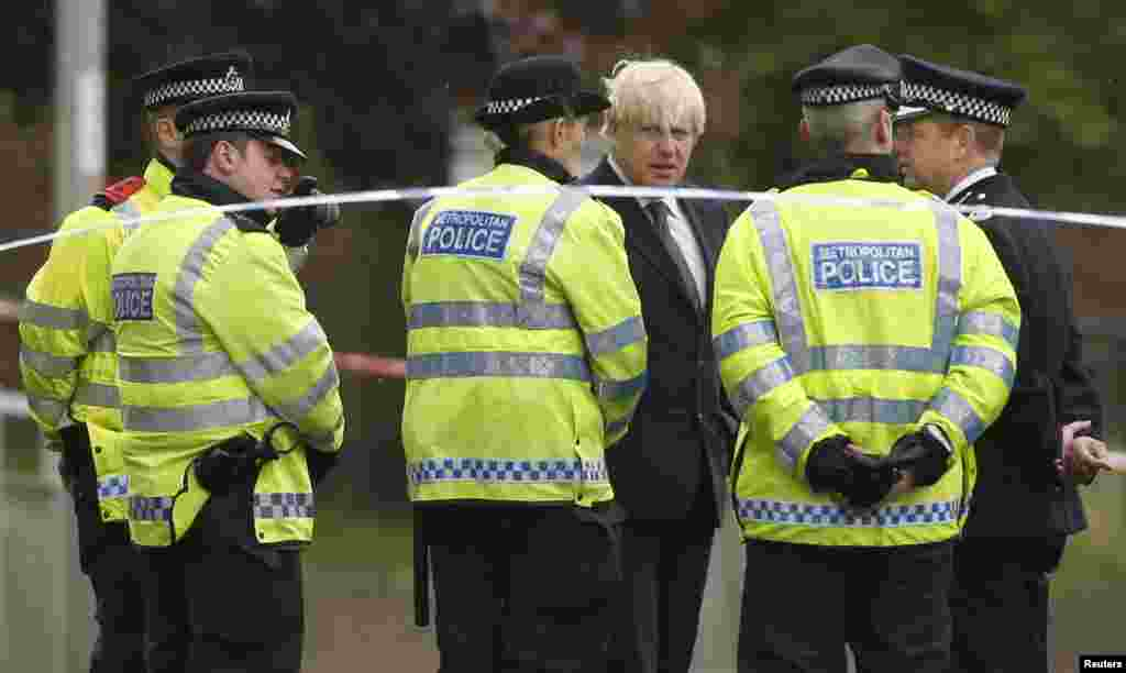 The mayor of London, Boris Johnson, speaks to police officers near the scene of the killing of a British soldier in Woolwich, London, May 23, 2013.