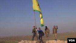 Kobani zaferini kutlayan Kürt savaşcılar