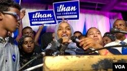 Minnesota shtatidan Kongress uchun demokratlar nomzodi Ilhan Umar (markazda) tarafdorlari davrasida, 2018-yil, 14-avgust.