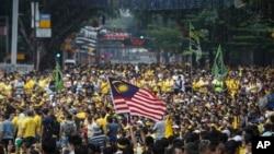말레이시아 수도 쿠알라룸푸르에서 나집 라작 총리의 퇴진을 요구하는 대규모 시위가 주말 내내 벌어졌다.
