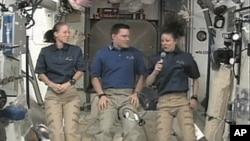 三位在空间站工作的宇航员介绍他们的高空生活