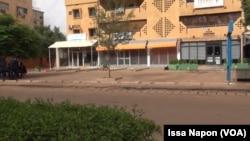 Les magasins fermés dans les rues d'Ouagadougou, le 20 août 2017. (VOA/ Issa Napon)