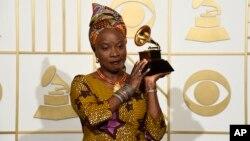Nghệ sĩ từng đoạt giải Grammy Angelique Kidjo cho biết cô các quốc gia châu Phi đang vật lộn với tham nhũng có thể giải quyết vấn đề của họ thông qua các phương tiện dân chủ.