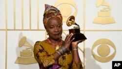 """Angelique Kidjo a reçu le prix Meilleur album de musique du monde pour """"Sings"""" à la 58e cérémonie des Grammy Awards au Staples Center le 15 février 2016, à Los Angeles. (Photo Chris Pizzello/Invision/AP)"""