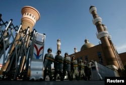 009年7月10日,擁有防暴裝備的武警把守烏魯木齊市中心的清真寺門口。