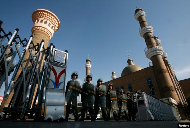 2009年7月10日,拥有防暴装备的武警把守乌鲁木齐市中心的清真寺门口
