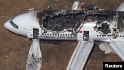 2013年7月6日在美国西岸旧金山机场失事的韩国客机的残骸现场。
