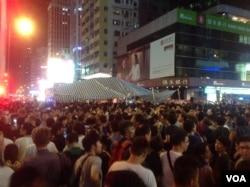 旺角街頭爆發支持和反佔中人士的大規模對峙(美國之音海彥拍攝)