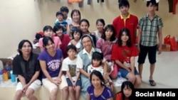 Nhóm người Việt trong trại tị nạn ở Indonesia cùng các thiện nguyện viên. (Ảnh: Facebook Shira Sebban)