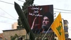 اعضای گروه شبه نظامی حزب الله لبنان و پوستری از حسن نصرالله، رهبر این گروه