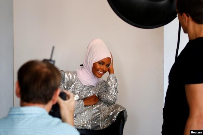 Model busana dan mantan pengungsi Halima Aden, merias wajah saat pemotretan di sebuah studio di New York, AS. (Foto: Reuters)