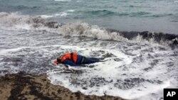 Thi thể của một di dân trên bờ biển ở Dikili, Izmir, Thổ Nhĩ Kỳ, ngày 5/1/2016.