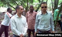 Le Belge Michel Ruisse, l'espagnol David Monstserrat avec leur partenaire japonais inspectent un champ du cacao de qualité à Nkol-Abang au Cameroun, le 25 mai 2017. (VOA/Emmanuel Ntap)