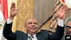 Spika mpya wa bunge la Misri Saad el-Katatni wa chama cha Muslim Brotherhood akisalimu wabunge katika kikao chao cha kwanza.