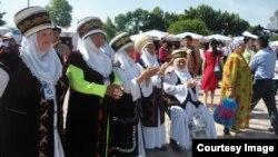 Qirg'iziston ayollari milliy kiyimda