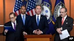 眾議院彈劾調查領導人亞當希夫(中)(Adam Schiff 又譯謝安達)開始公佈最近幾個星期議員們已經在閉門聽到的外交官證詞記錄。